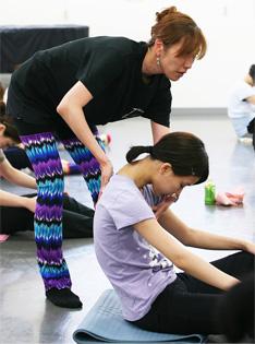 日本では「バレエストレッチ」「フロア・バー」などの名称で認知されつつある、ボディーコンディショニングの一つです。フランス語では『barre au sol(バー・オ・ソル)』と呼ばれるジャンルで、バレエのエクササイズを、床に寝る、座る状態に置き換えることで、従来のバレエレッスンだけでは体得しにくいバランス、筋力、柔軟性を身に着けていくものです。フランス人バレエ教師アラン・アスティエによって考案された、バーアスティエはその中でもパフォーマーにとって、より表現手段に直結した要素、たとえば個々の身体能力を最大限に引き出し、より理想的なムーヴメントを生み出す、といった点にも重点を置いたメソッドです。フランス人バレエ教師、アラン・アスティエによる独自のバーオソルメソッド『バーアスティエ(Barre Astié)』は、心も体も豊かに満たしてくれます。ダンサーなど身体表現をするかたはもちろん、普段運動をしない、健康のために身体を動かしたいといった方のためにも効果をもたらします。